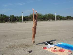 Jessi beim Burpee am Strand